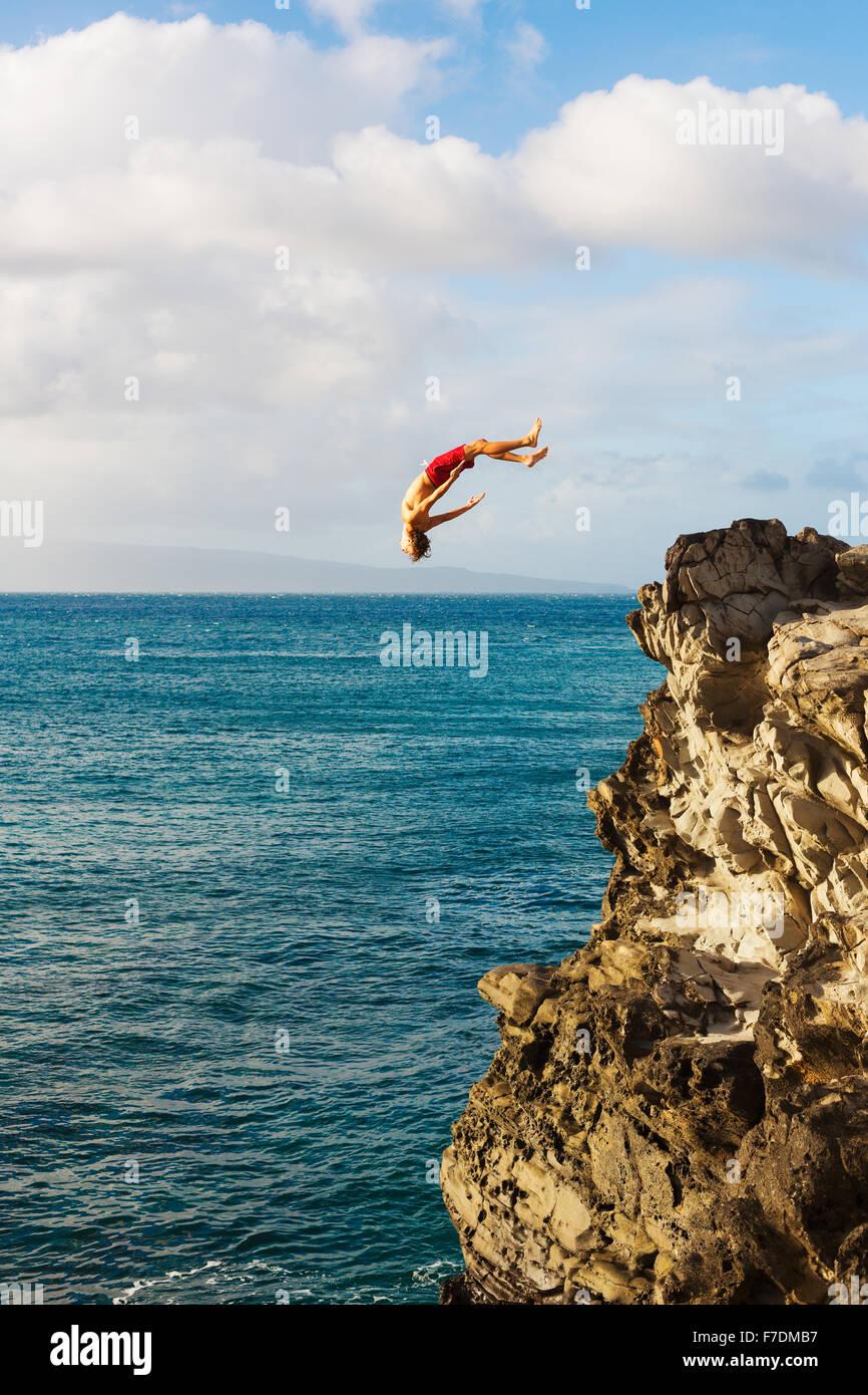 Klippen springen ins Meer bei Sonnenuntergang, Summer Fun Lifestyle Stockbild