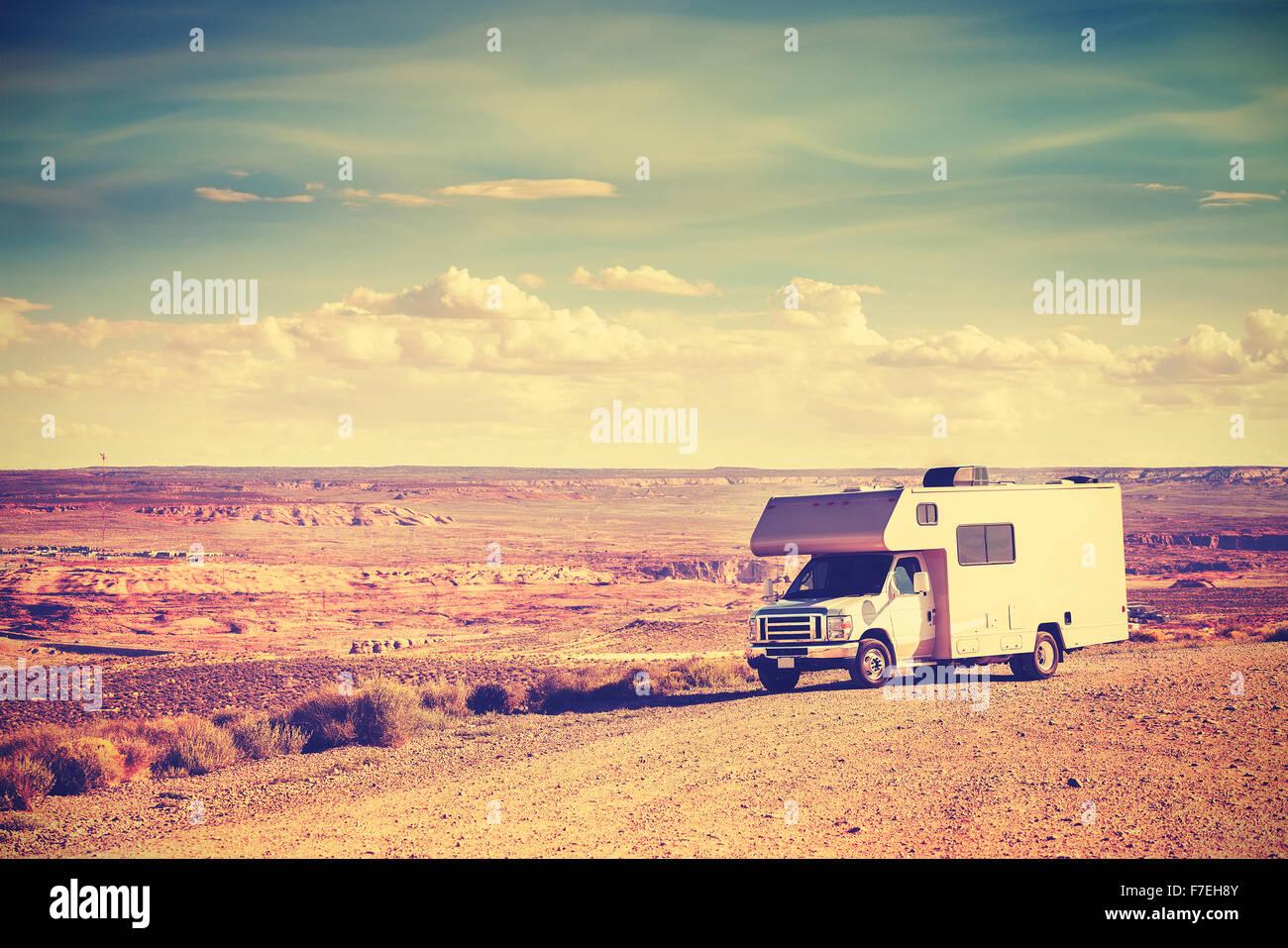 Retro-getönten Wohnmobil geparkt von Canyon, Familienurlaub Konzept, USA. Stockbild