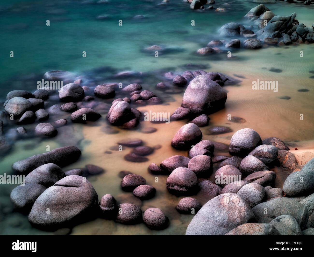 Findlinge am Strand Ufer des Lake Tahoe, Nevada Stockbild