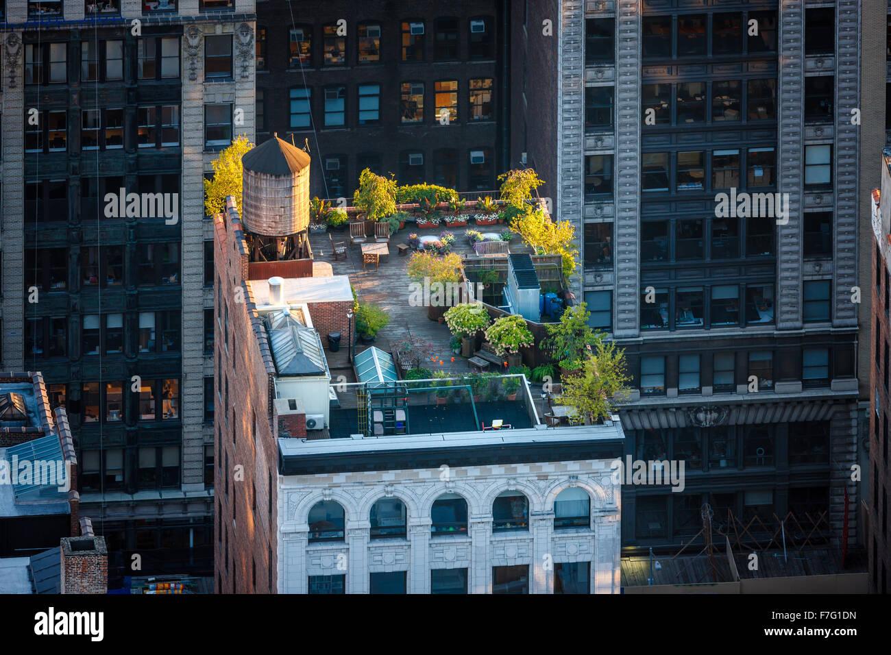 Luftaufnahme von einem Dach Manhattan im Herzen von New York City. Dachgarten in Chelsea mit sonnenbeschienenen Stockbild