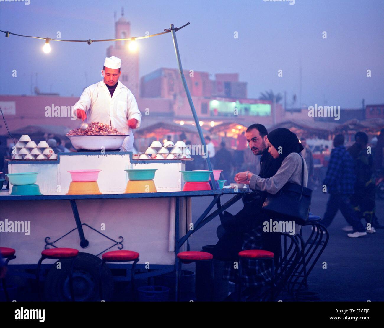 Eine Schnecke, Escargo, Garküche auf dem Lebensmittelmarkt Djemma el Fna in Marrakesch. Marokko Stockbild