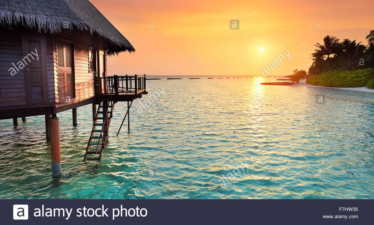 Sonnenuntergang am tropischen Strand, Landschaft Malediven Insel Stockbild