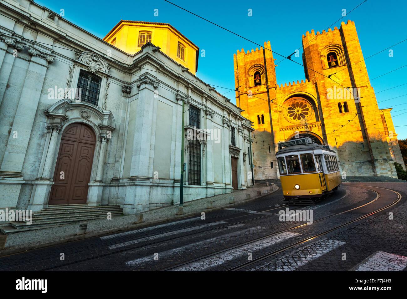 Straßenbahn vor der Kathedrale von Lissabon bei Sonnenuntergang Stockbild