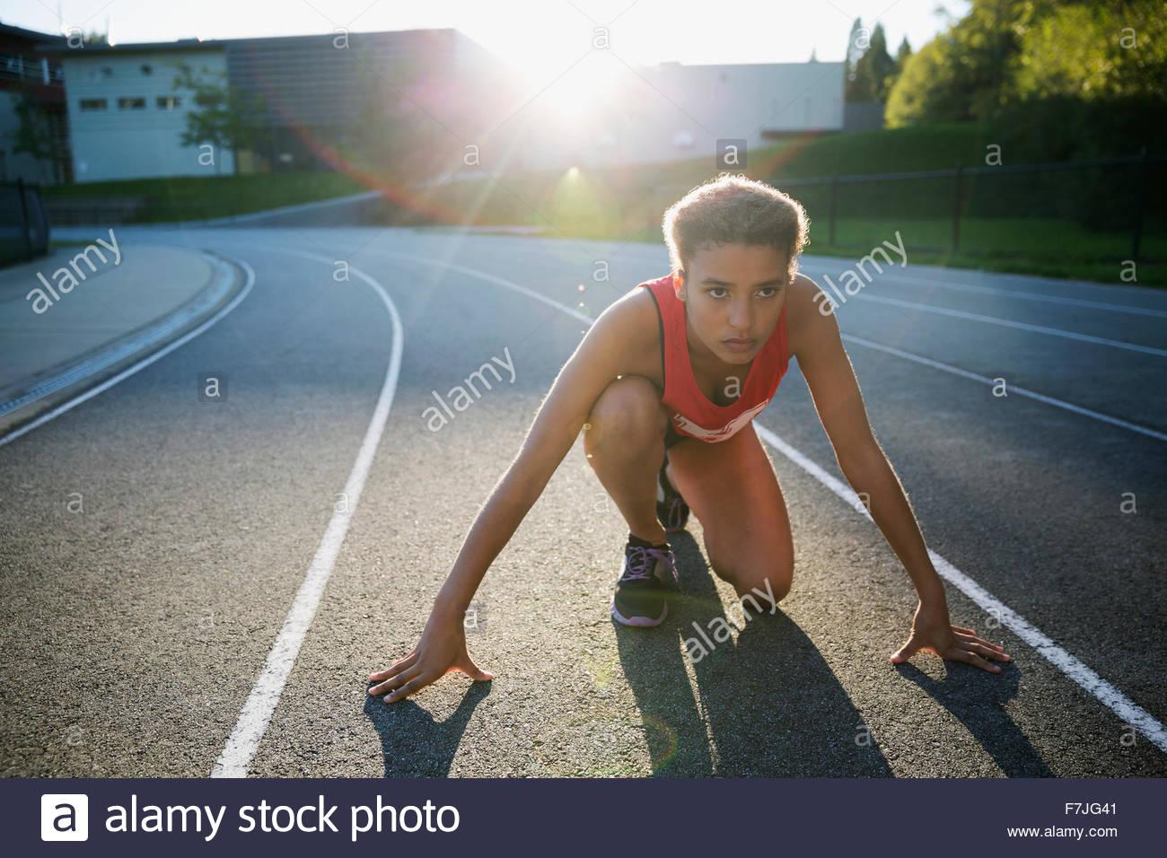 Fokussierte Gymnasium Leichtathletin und Olympiateilnehmerin bereit Stockbild