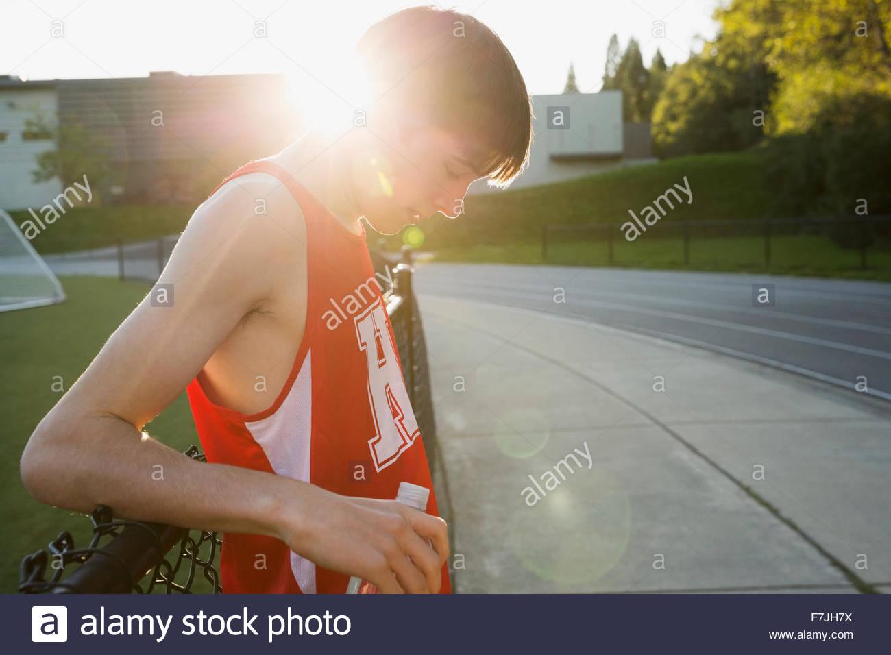 High School Leichtathletin und Olympiateilnehmerin ruhen Stockbild
