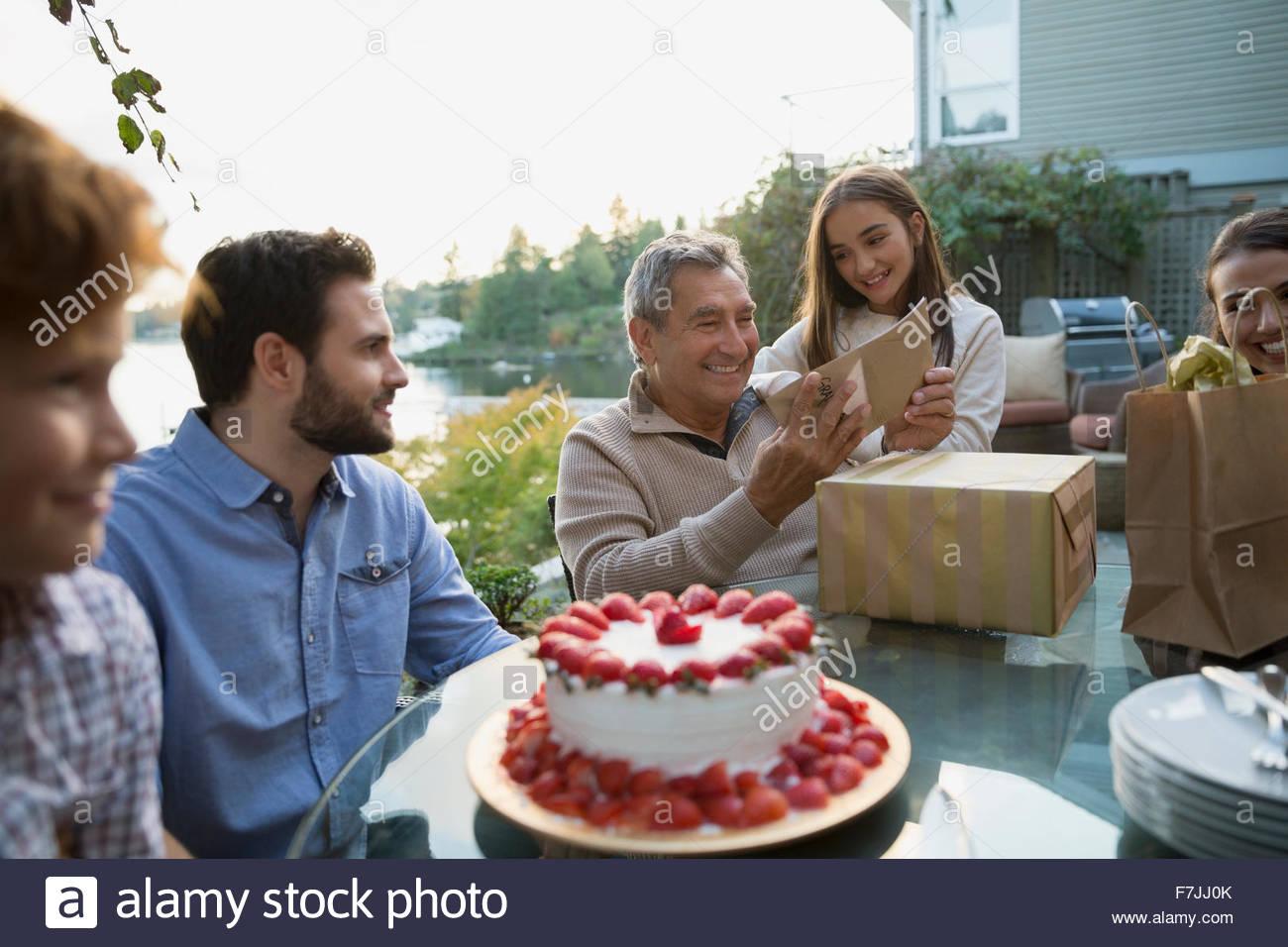 Senior woman Geburtstag Geschenke Familie am See Terrasse öffnen Stockbild