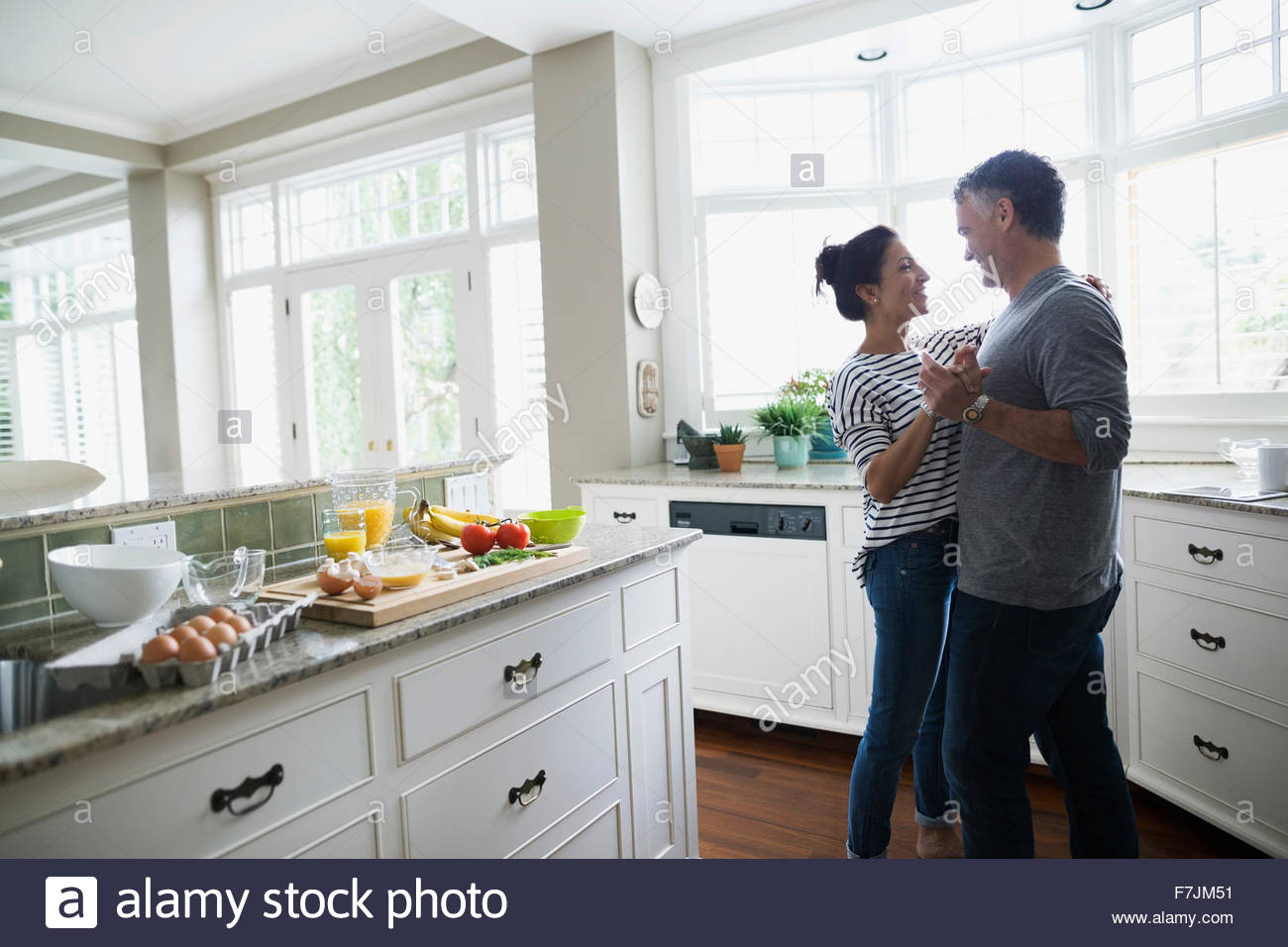 Romantisch zu zweit tanzen in Küche Stockbild