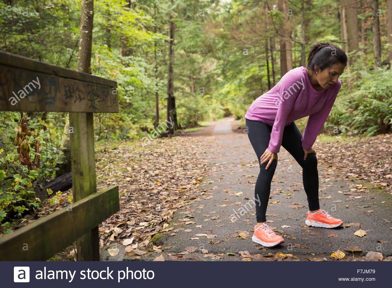 Müde Hände Knie ruhen Sie sich nach laufen Wald Frau Stockbild