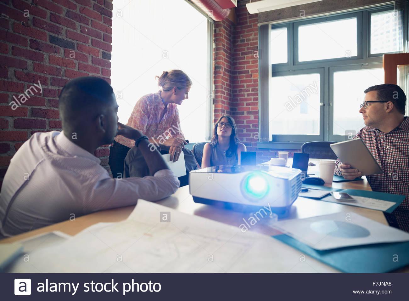 Geschäftsleute treffen im Konferenzraum mit Projektor Stockbild