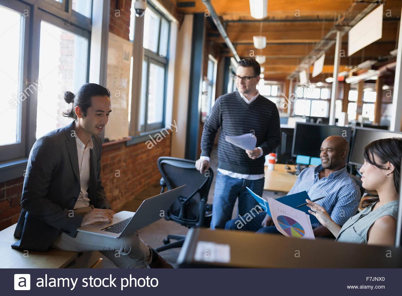Geschäftsleute treffen mit Laptop und Papierkram Büro Stockbild