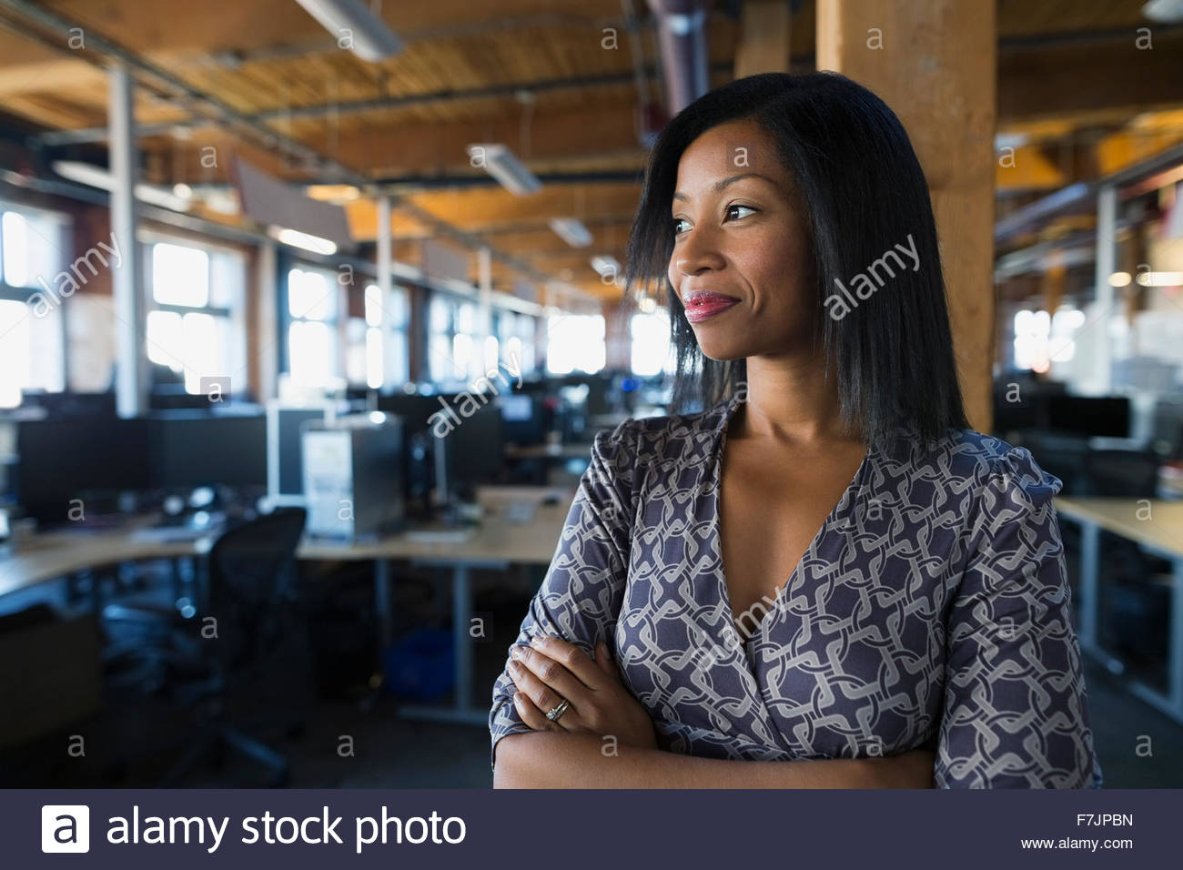 Zuversichtlich Geschäftsfrau wegschauen im Büro Stockbild