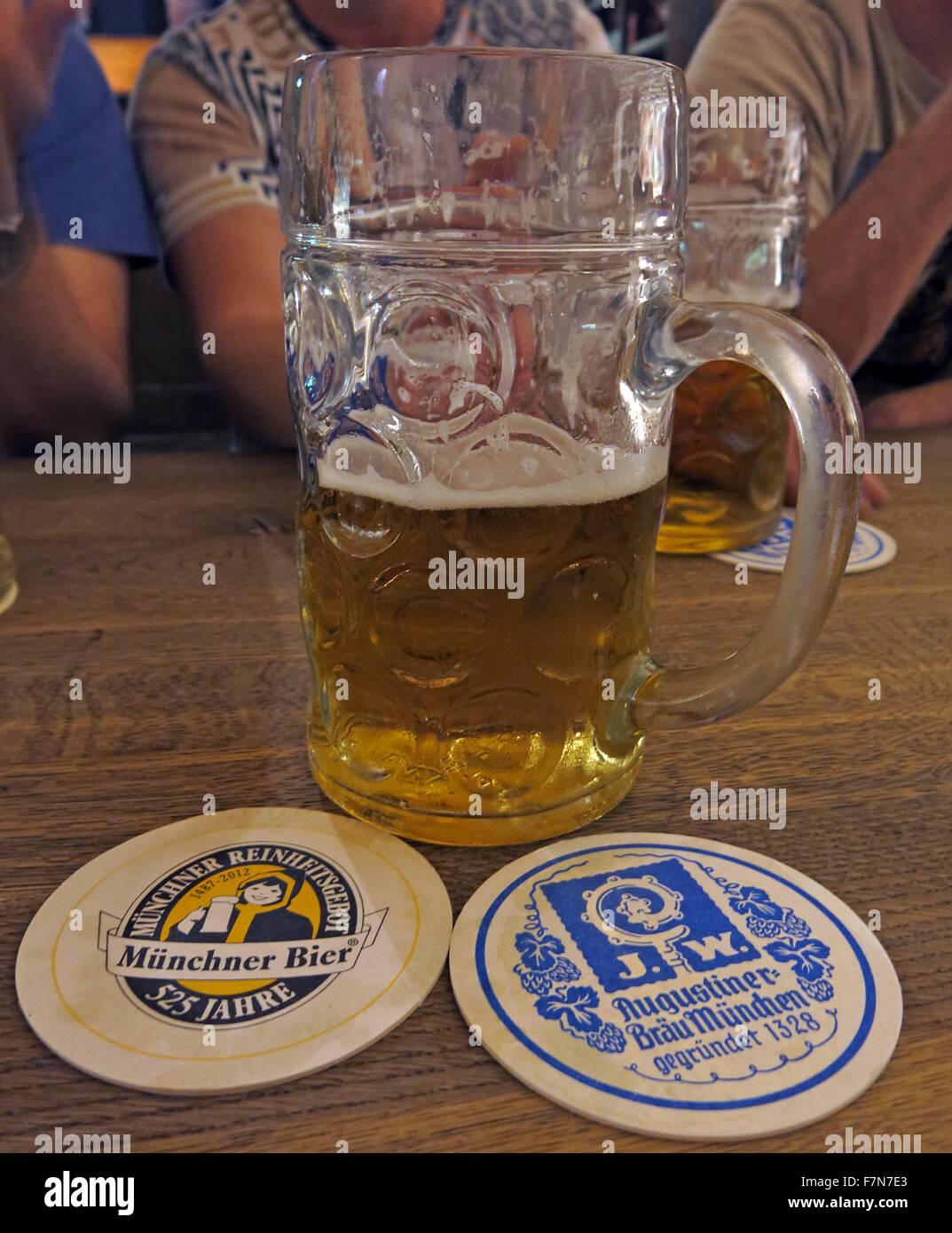 Laden Sie dieses Alamy Stockfoto Oktoberfest in München, Bayern, Deutschland, Stein und zwei Bierdeckel - F7N7E3