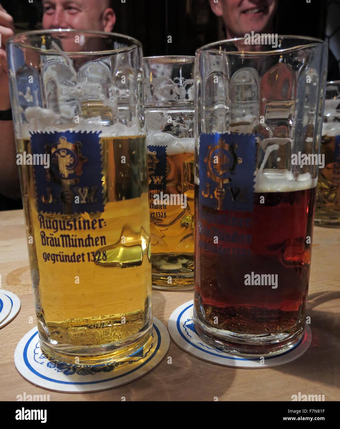 Laden Sie dieses Alamy Stockfoto Oktoberfest in München, Bayern, Deutschland, drei Bier - F7N81F