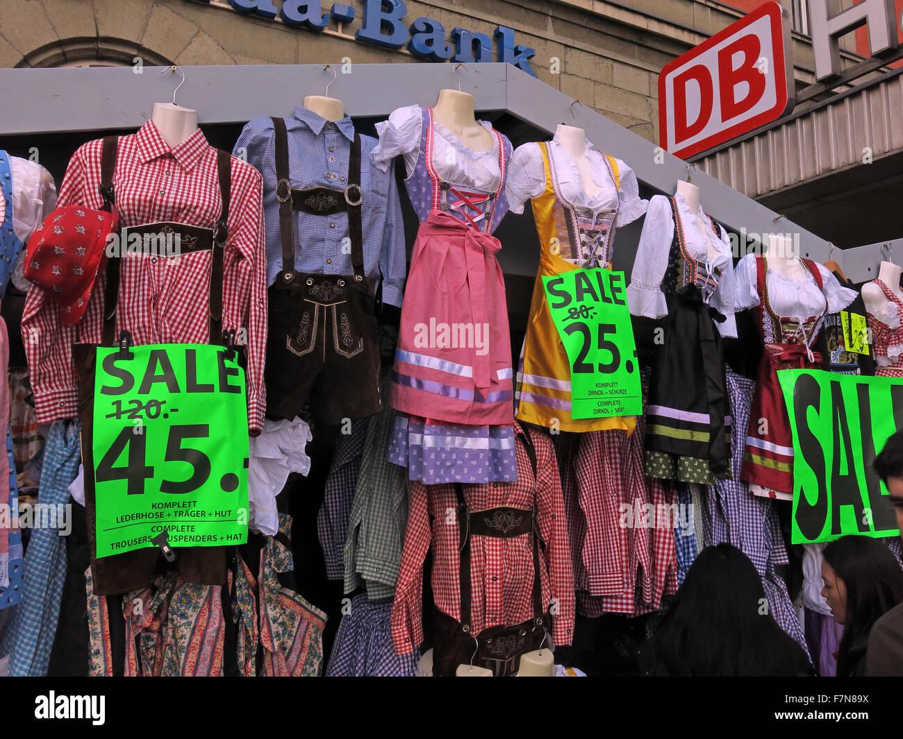 Laden Sie dieses Alamy Stockfoto Kleidung für das Oktoberfest am Hauptbahnhof München, reduziert am vergangenen Wochenende, 120 bis 45 Euro - F7N89X