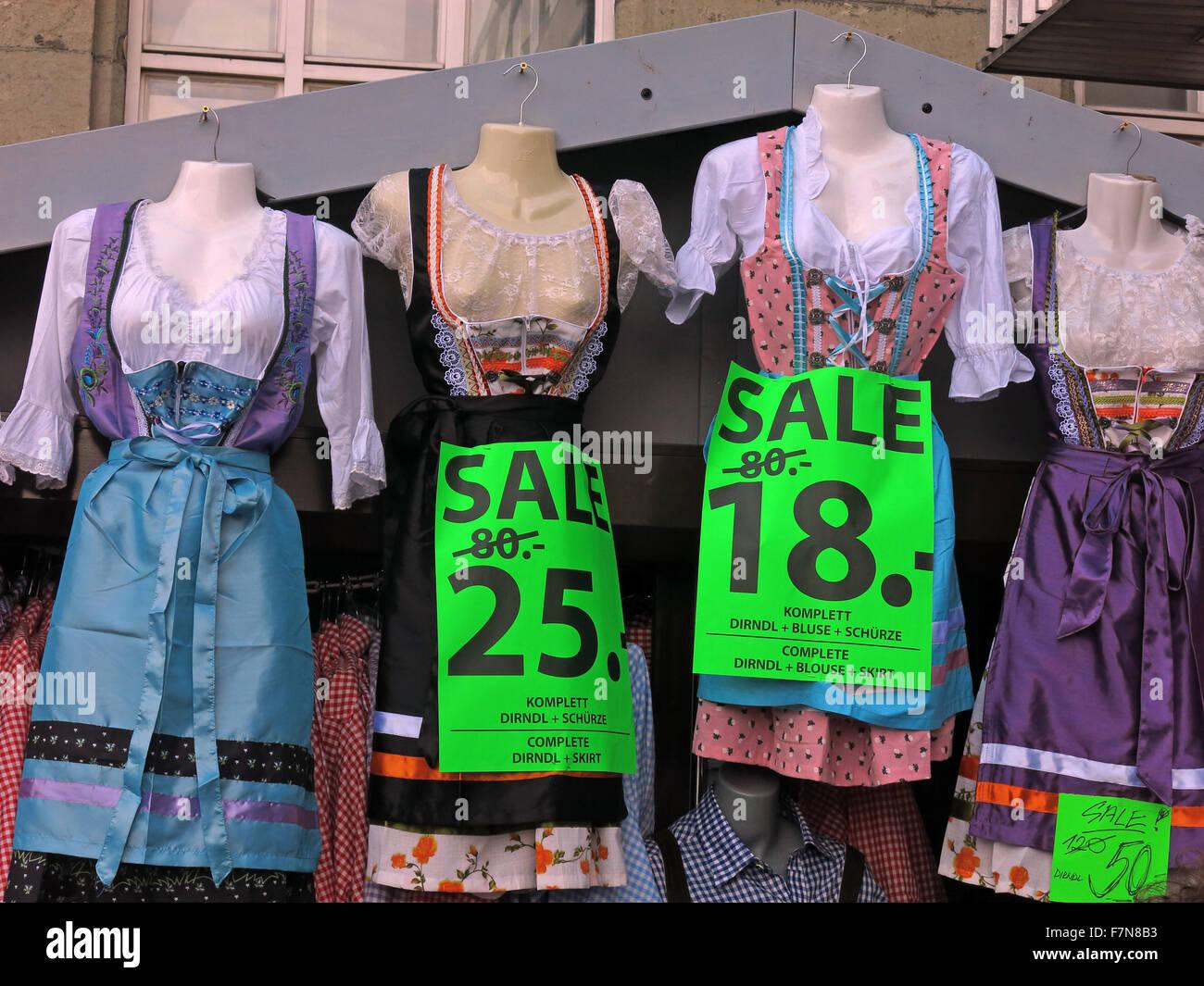 Laden Sie dieses Alamy Stockfoto Kleidung für das Oktoberfest am Hauptbahnhof München, reduziert am vergangenen Wochenende 80, 25 Euro - F7N8B3