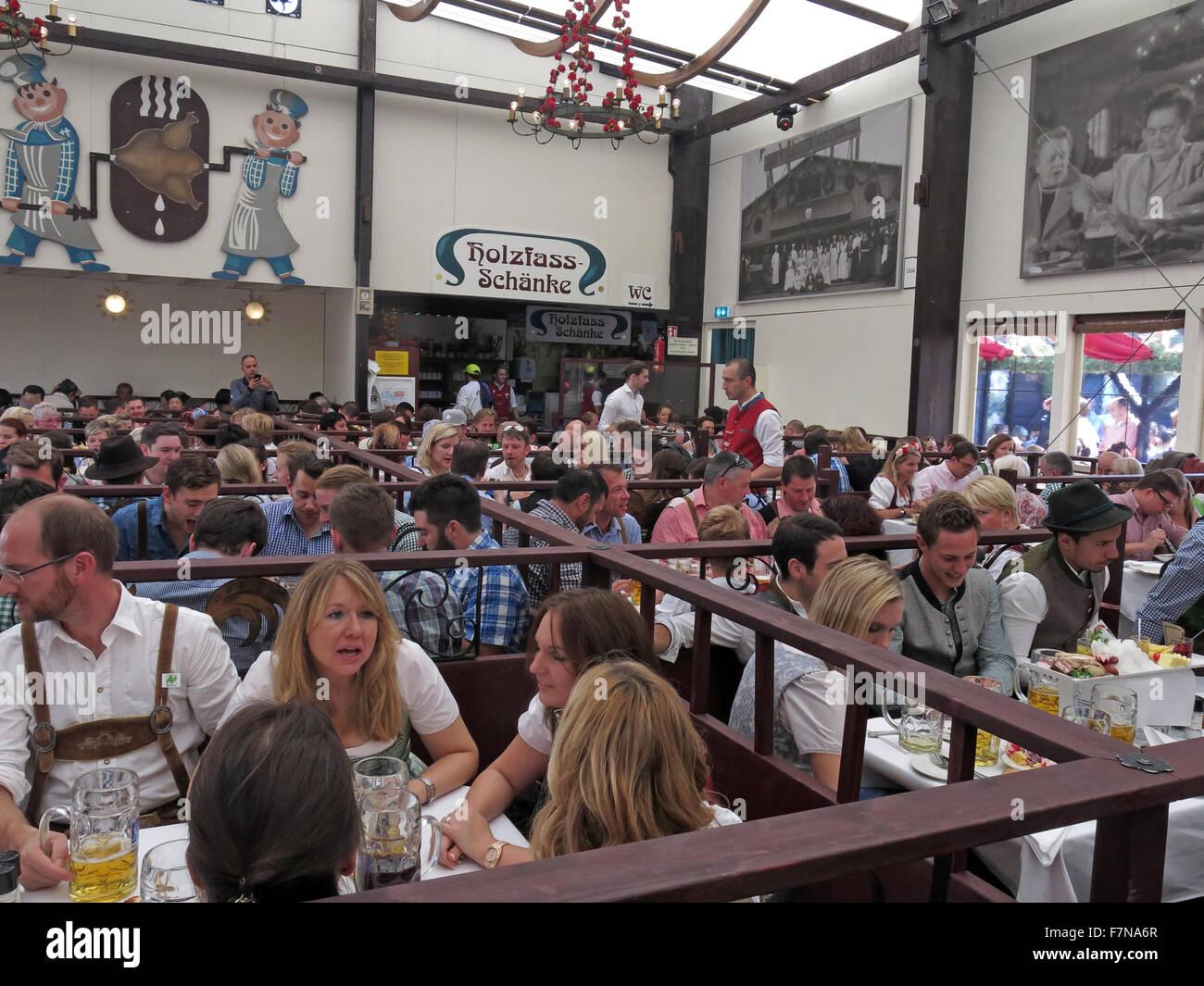 Laden Sie dieses Alamy Stockfoto Im Inneren des Zeltes Ammer Bier, Münchner Oktoberfest, Bayern, Deutschland - F7NA6R