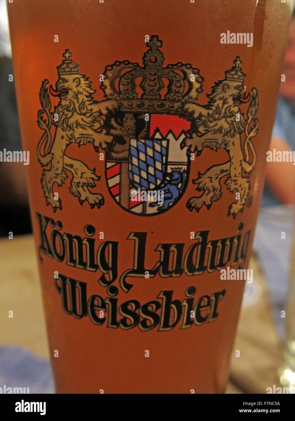 Laden Sie dieses Alamy Stockfoto Ein Glas von König Ludwig Weißbier, München, Deutschland - F7NC5A