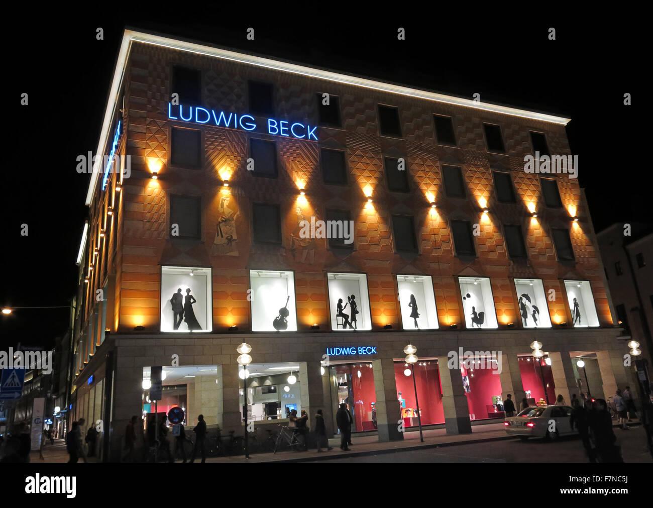 Laden Sie dieses Alamy Stockfoto Kaufhaus Ludwig Beck, München, Deutschland in der Nacht - F7NC5J