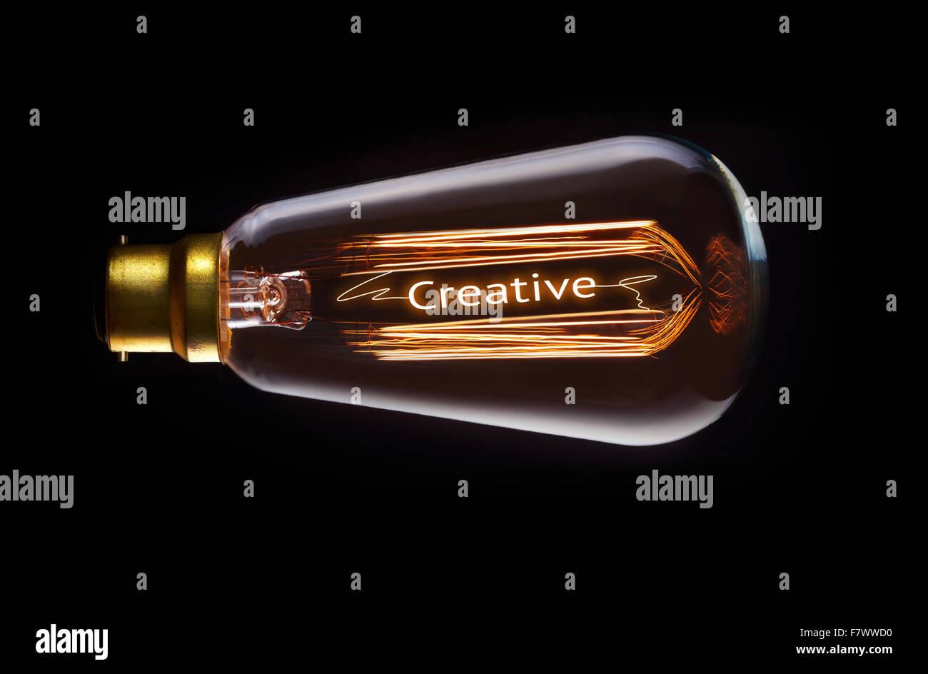 Kreatives Konzept in ein Filament-Glühbirne. Stockbild