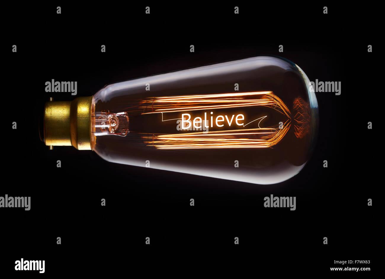 Religion, glauben Konzept in ein Filament-Glühbirne. Stockbild