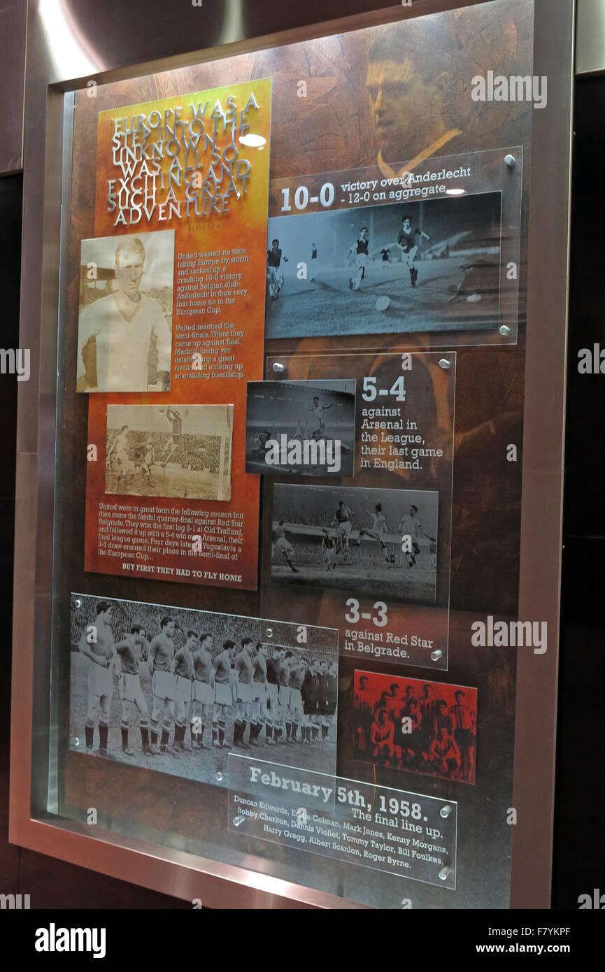 Laden Sie dieses Alamy Stockfoto Denkmal-Boards zu erinnern, die München Luft Katastrophe im Old Trafford, MUFC, Manchester United Football Club, England, UK - F7YKPF
