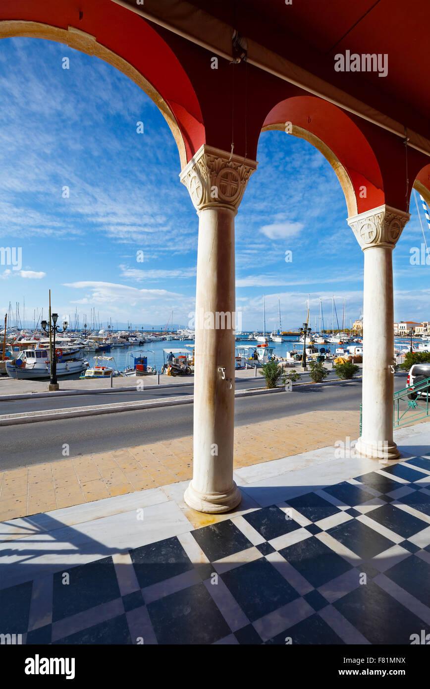 Aegina Hafen gesehen vom Eingang zur Kirche, Griechenland. Stockbild