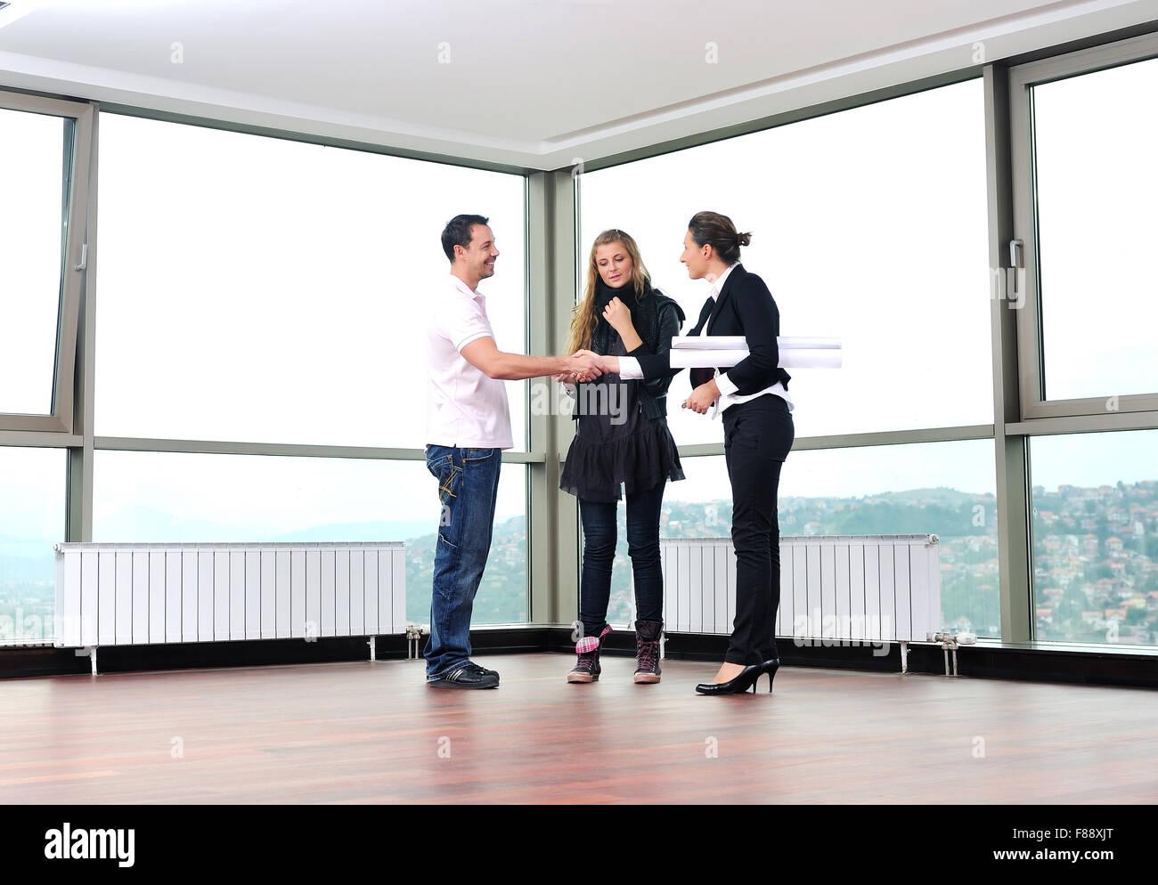 glückliches junges Paar neue Haus mit Makler zu kaufen und
