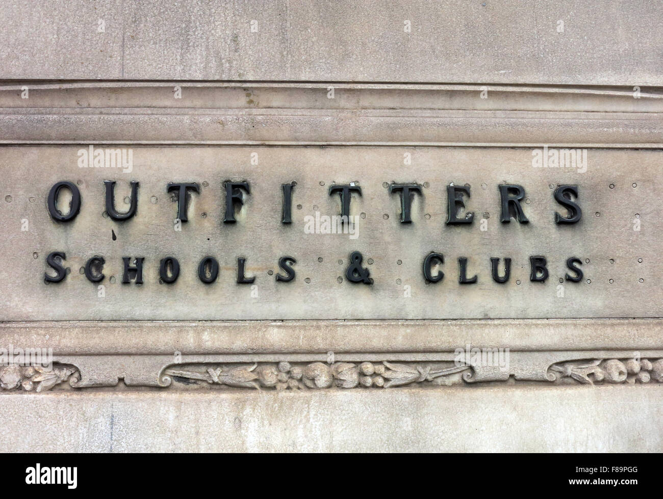 Laden Sie dieses Alamy Stockfoto Outfitters Schulen & Clubs Schild am Jenners Store, Edinburgh, Schottland - F89PGG