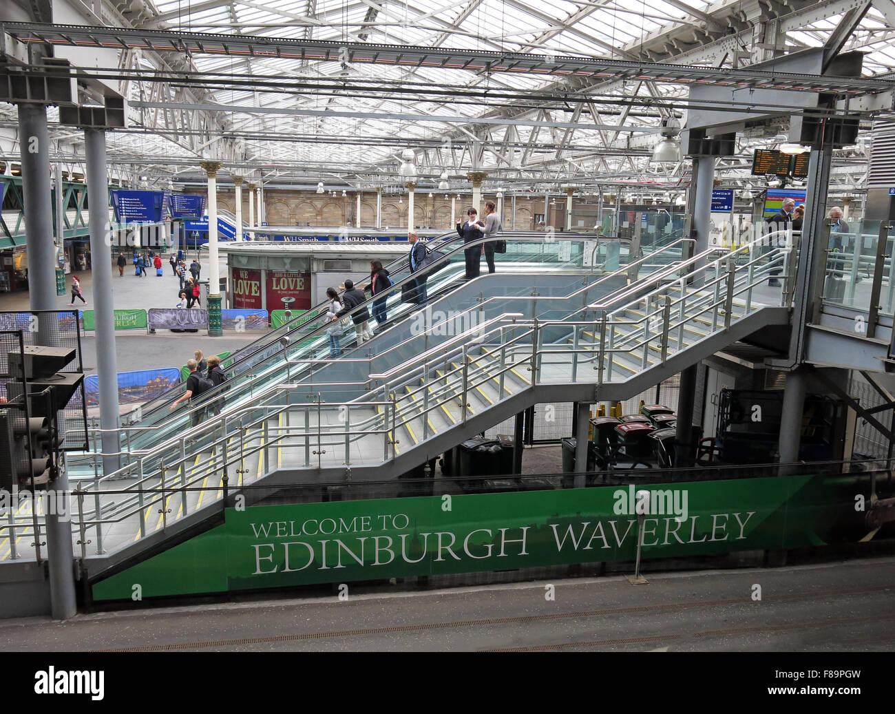 Laden Sie dieses Alamy Stockfoto Waverley-Bahnhof, Edinburgh, Schottland mit Passagieren - F89PGW