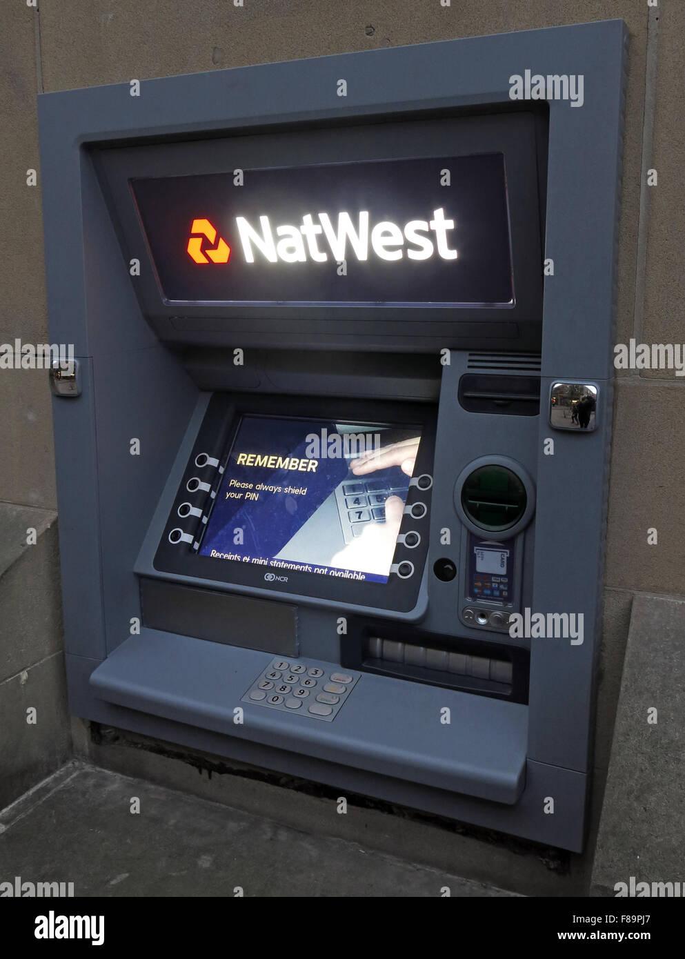 Laden Sie dieses Alamy Stockfoto NatWest ATM Loch in der Wand Maschine, Warrington, Cheshire, England, UK - F89PJ7