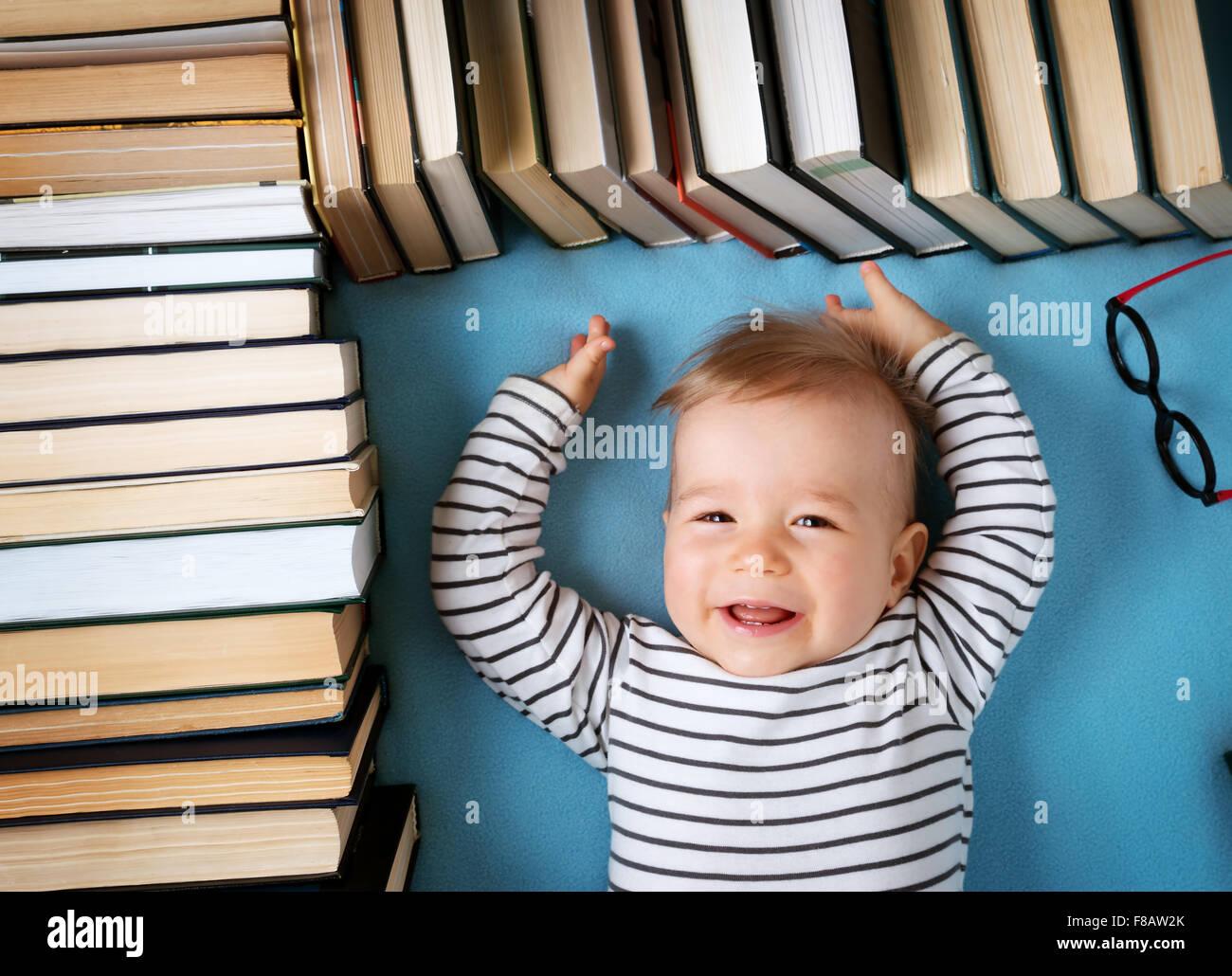 1 Jahr altes Baby mit Spectackles und Bücher Stockbild
