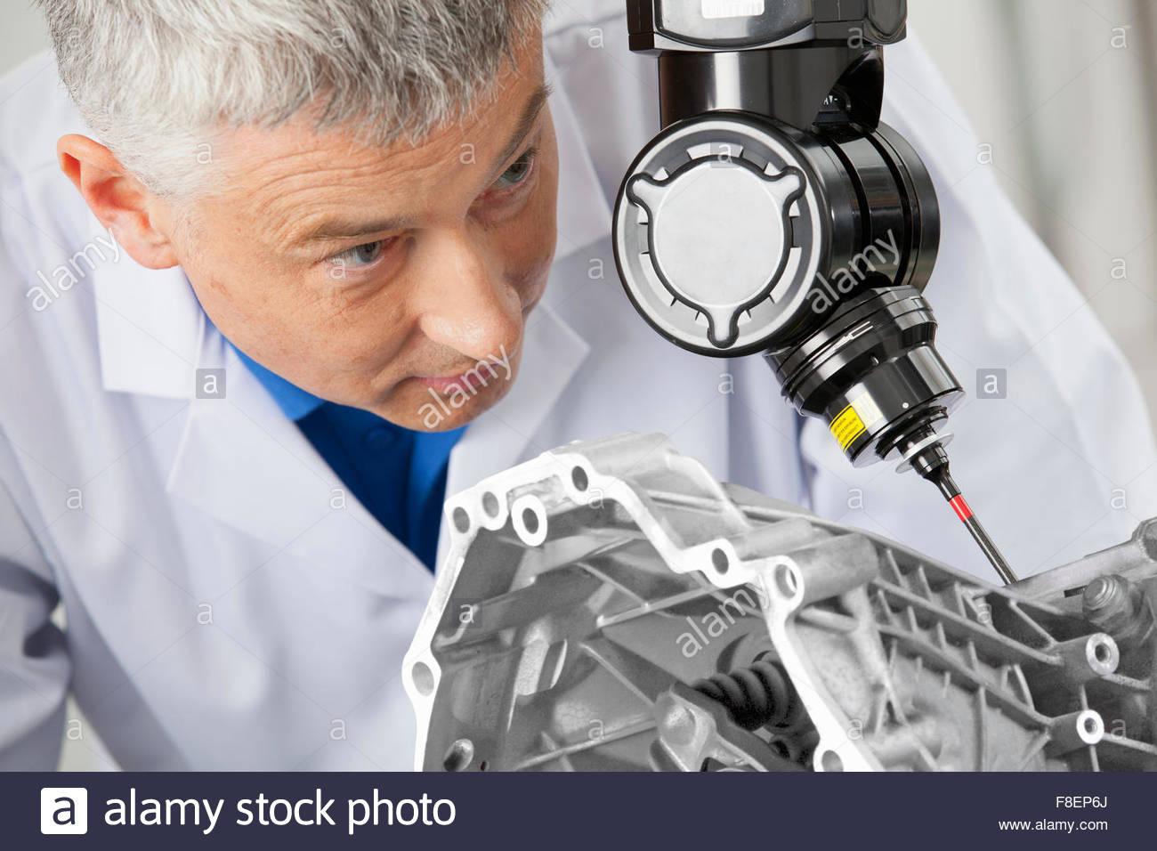Nahaufnahme eines Ingenieurs mit computergesteuerten Sonde Motorblock Scannen Stockbild
