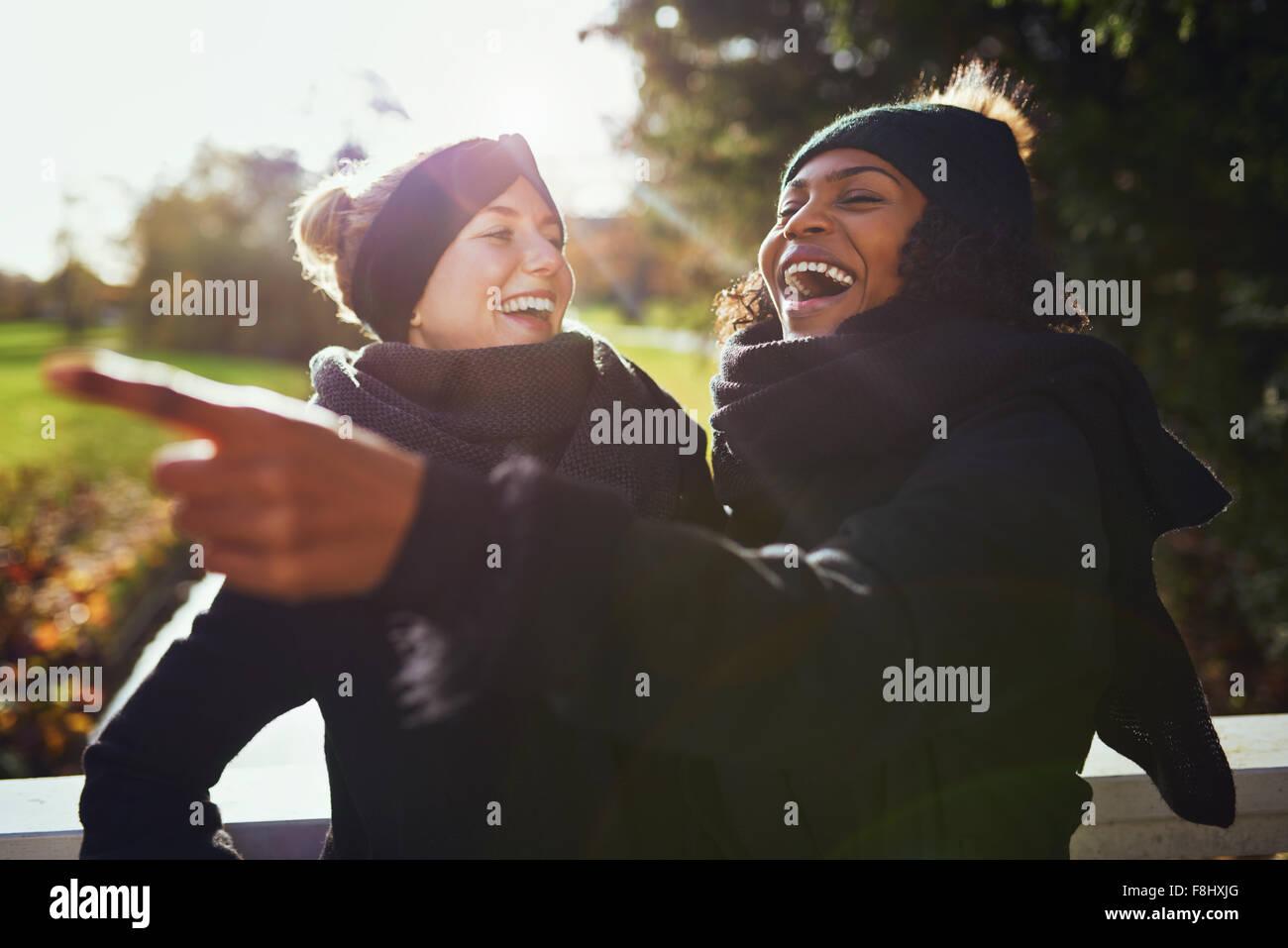 Zwei Frauen etwas zu Lachen, während in PARK-Stellung Stockbild