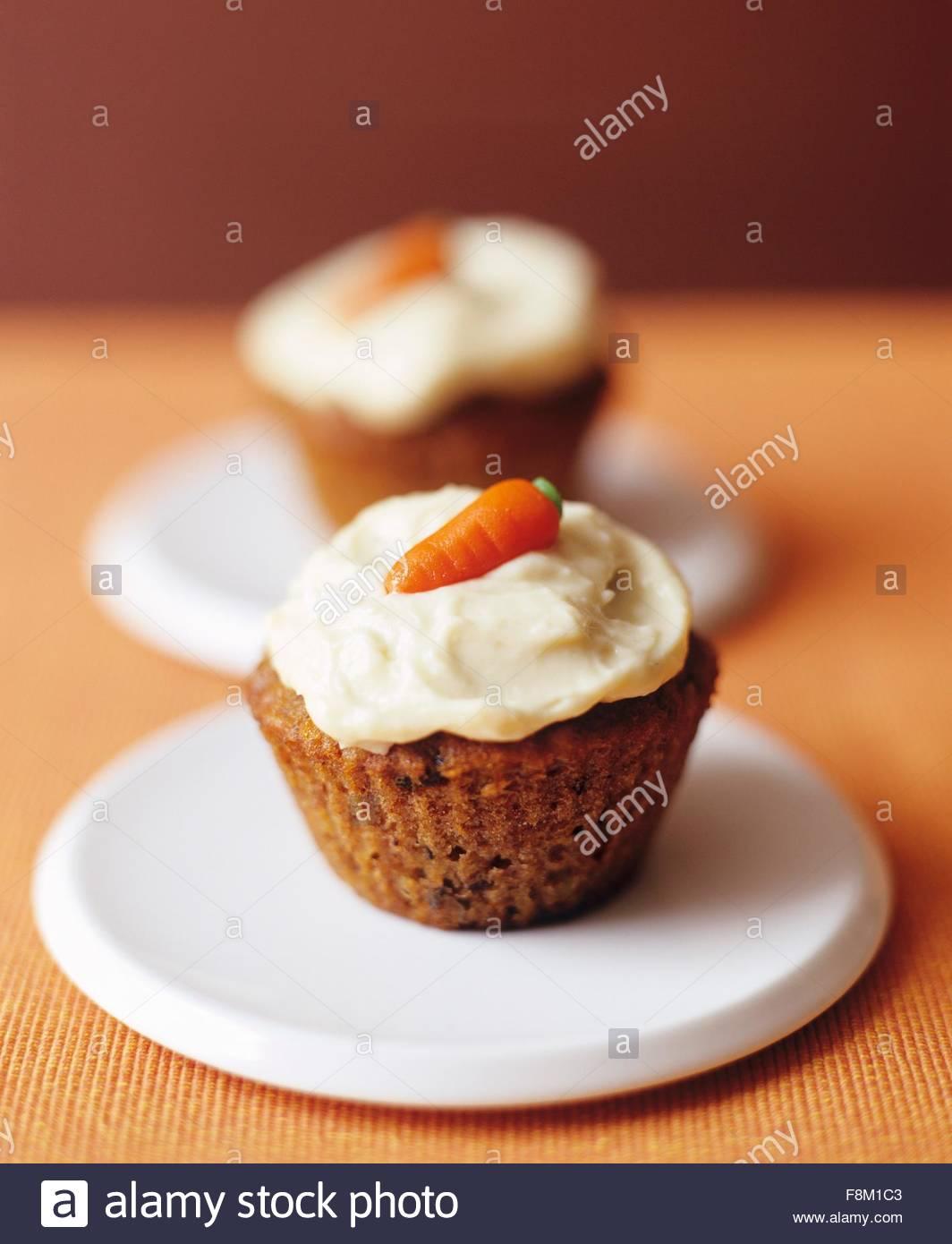 Karotte-Kuchen-Cupcakes mit Candy Karotten Dekoration Stockbild