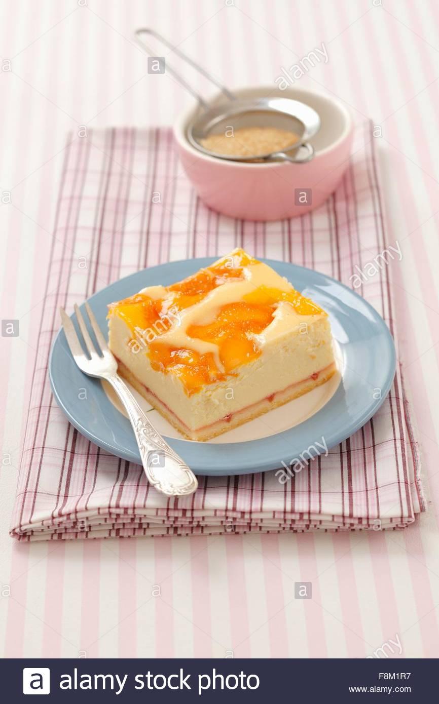 Ein Stück Pfirsich-Käsekuchen Stockbild