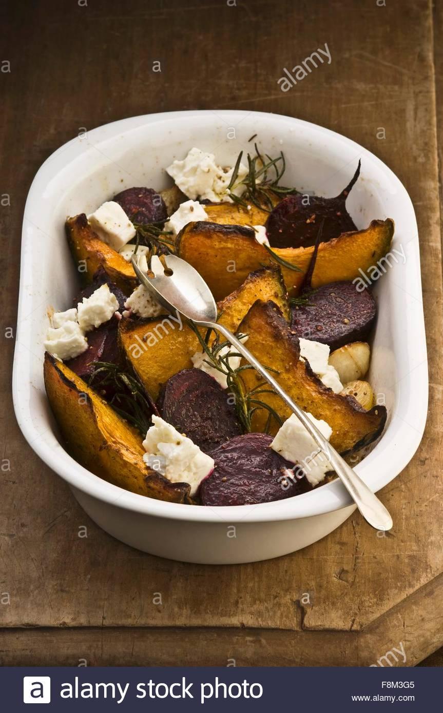 Gebratenes Gemüse mit Feta und Rosmarin Stockbild