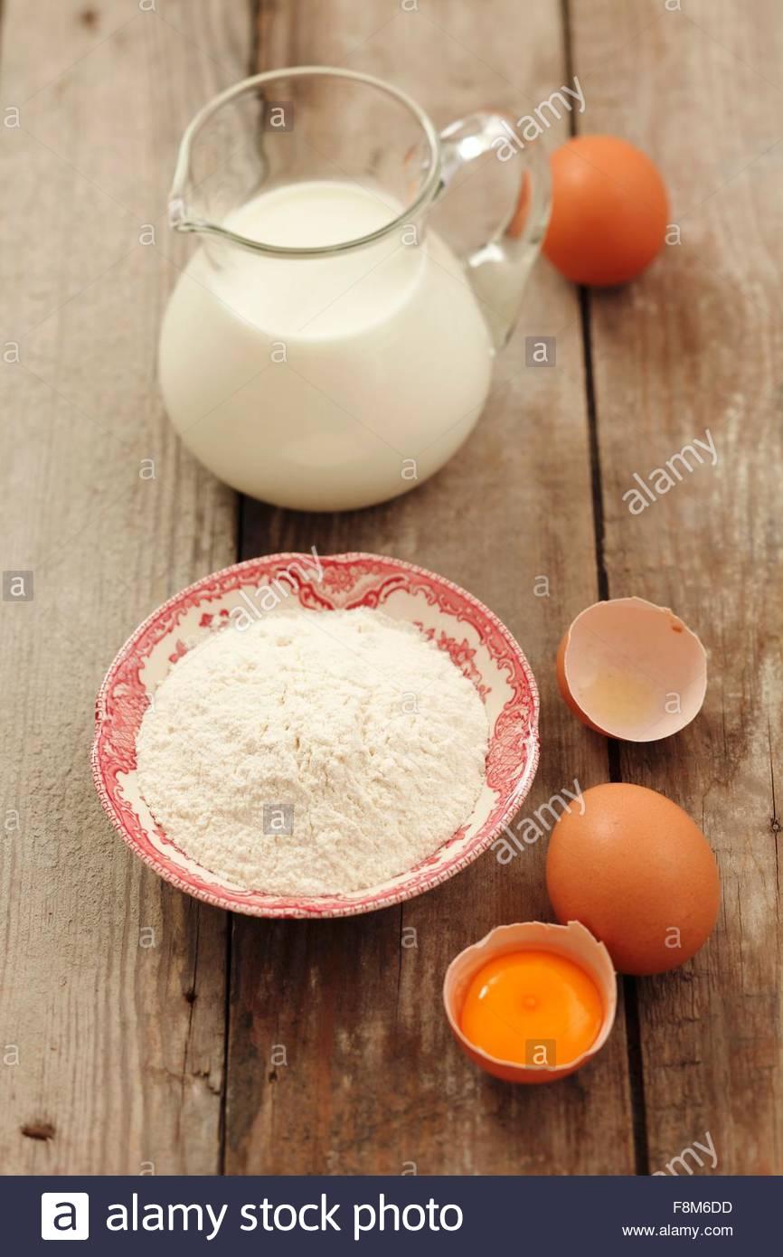 Zutaten für Pfannkuchen: Mehl, Eiern und Milch Stockbild