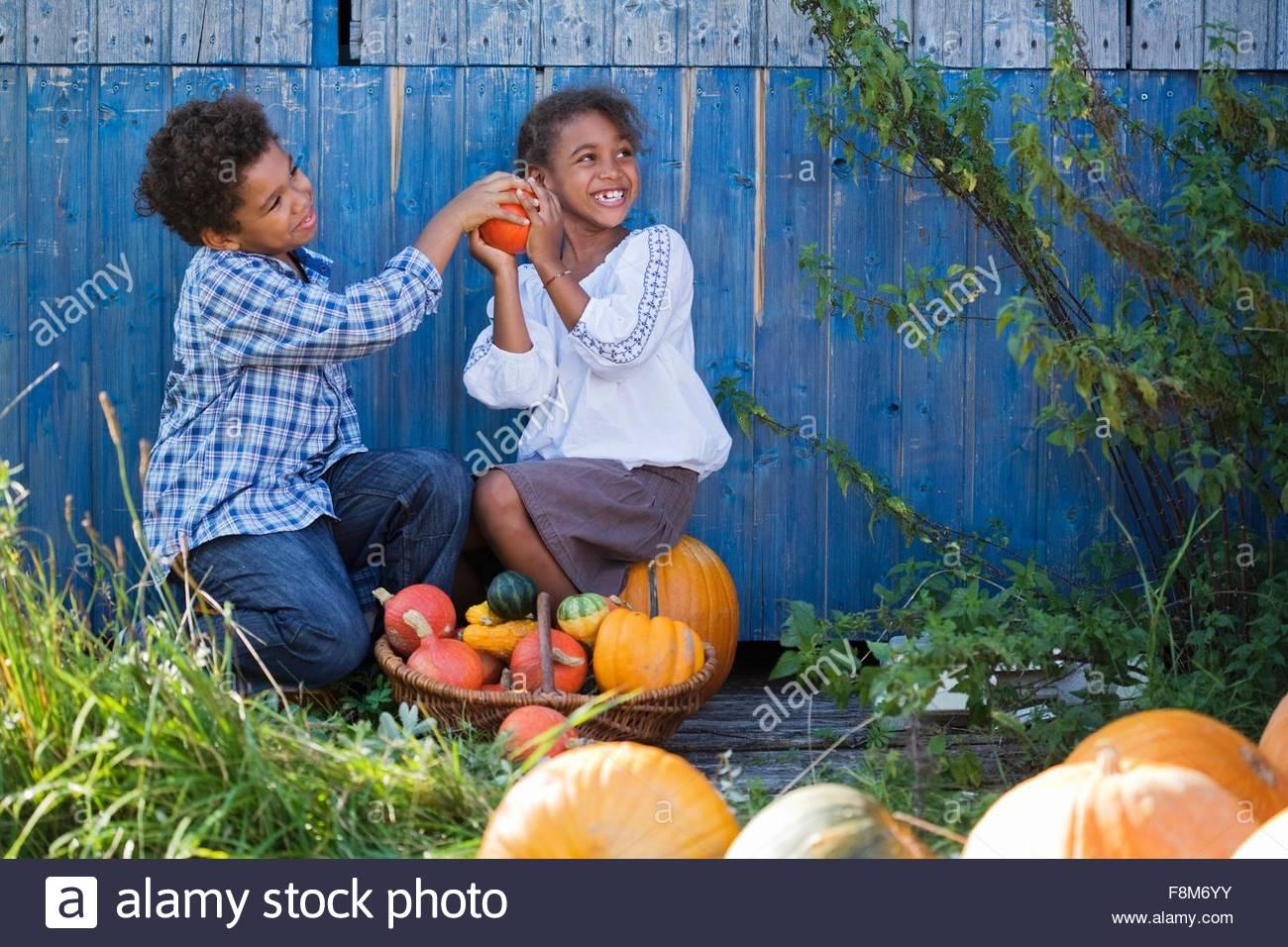 Kinder spielen mit Kürbissen Stockbild