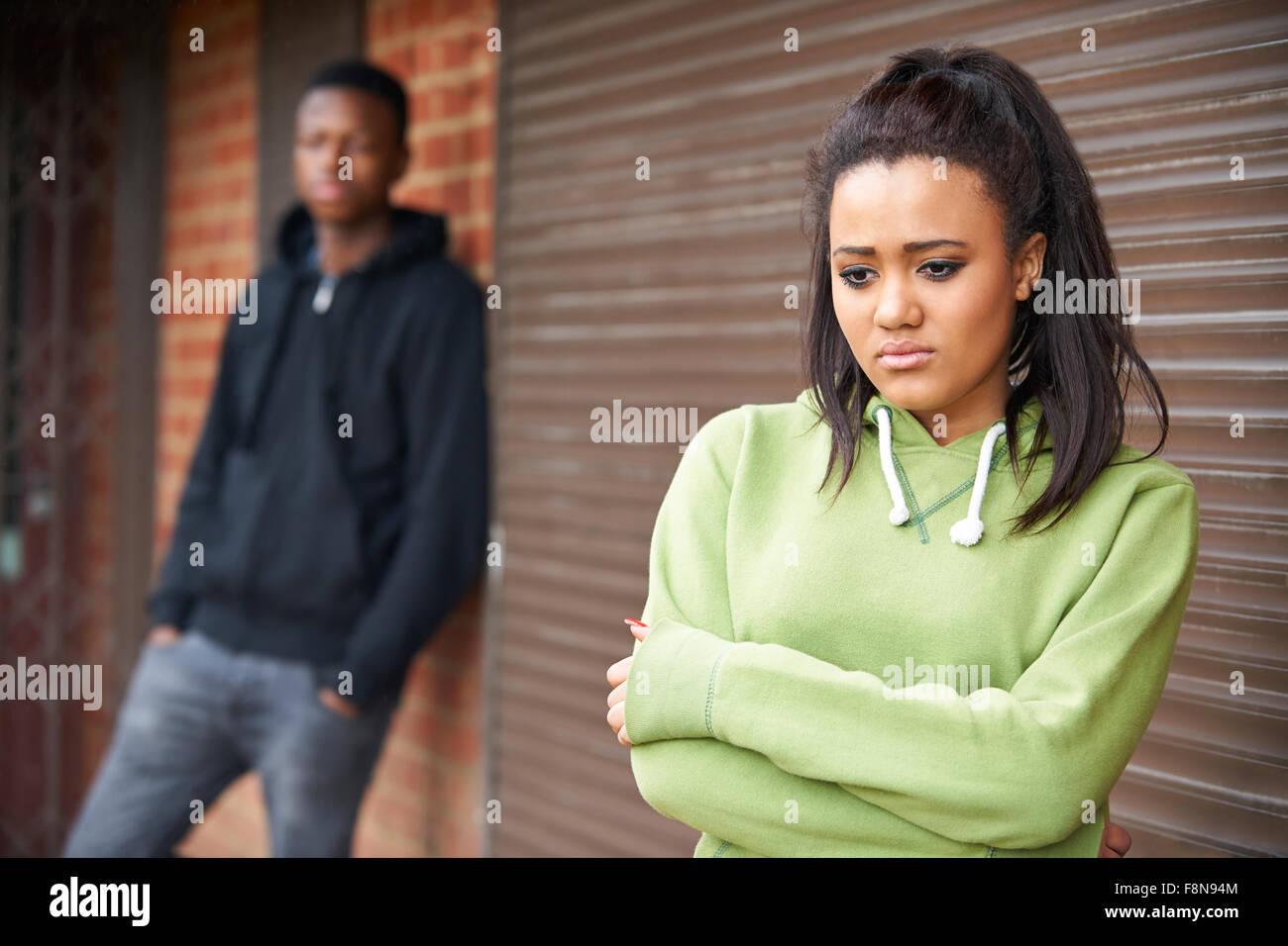 Porträt der unglückliche Teenager-Paar im städtischen Umfeld Stockbild