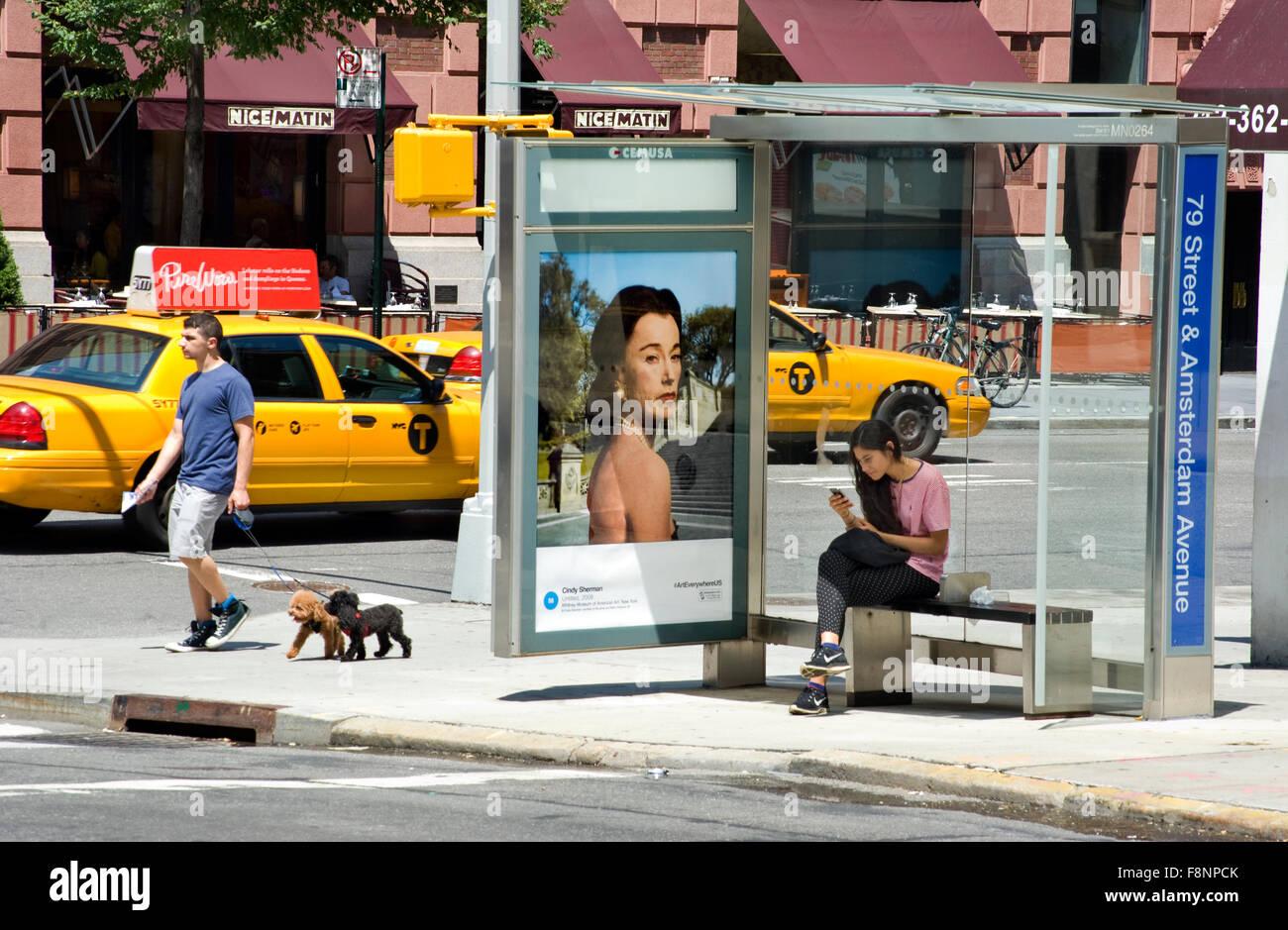 Cindy Sherman Fine Art Foto ist auf einem Bus Shelter Werbetafel in ...