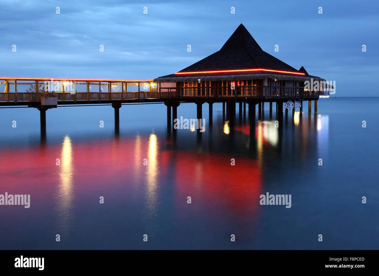 Die Bodega del Mar Überwasser-Bar und Restaurant in Anse Vata Bay ist ein Eckpfeiler der Noumea Nachtleben. Stockbild