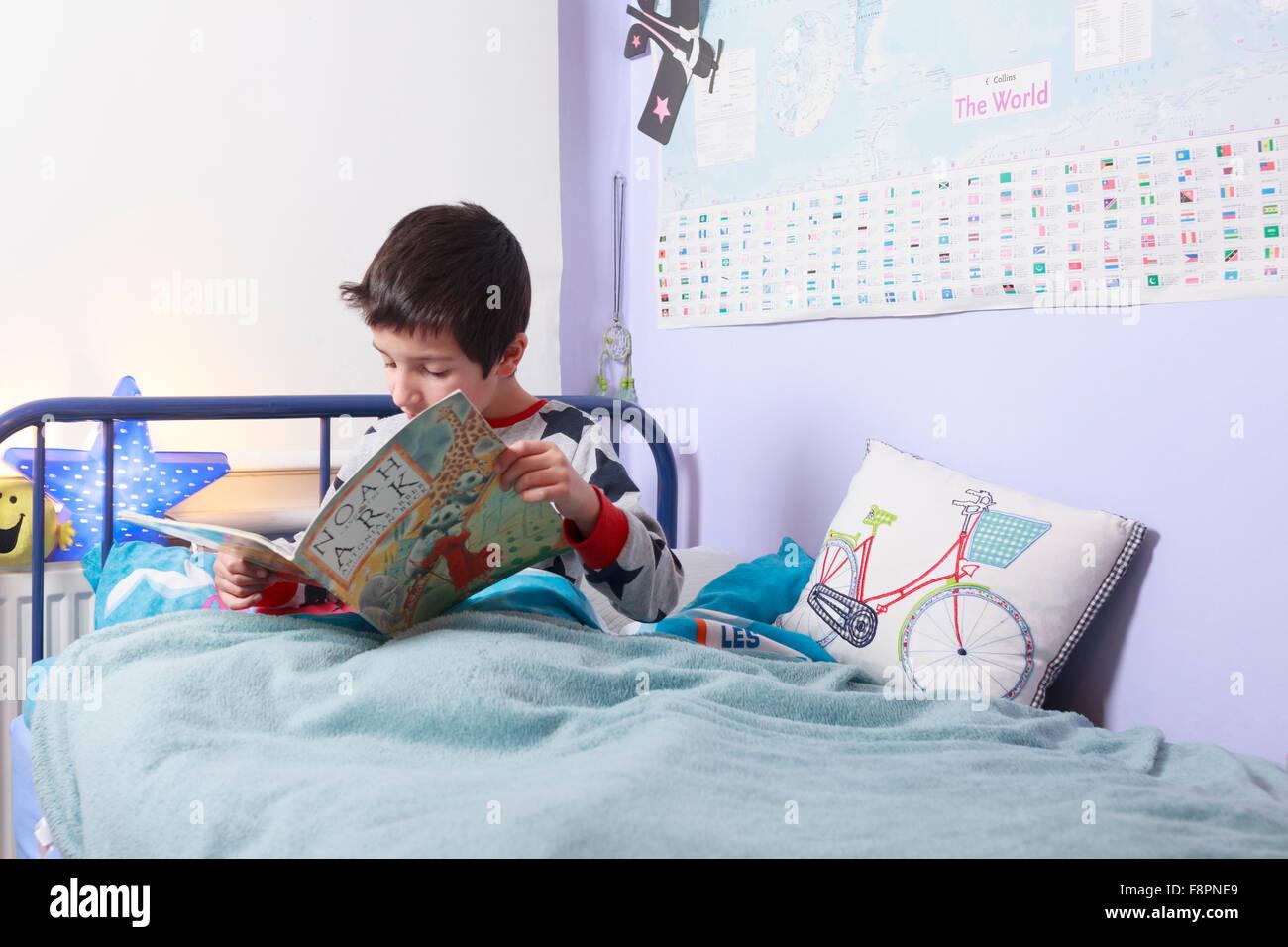 Kind im bett lesen stockfoto bild: 91468897 alamy
