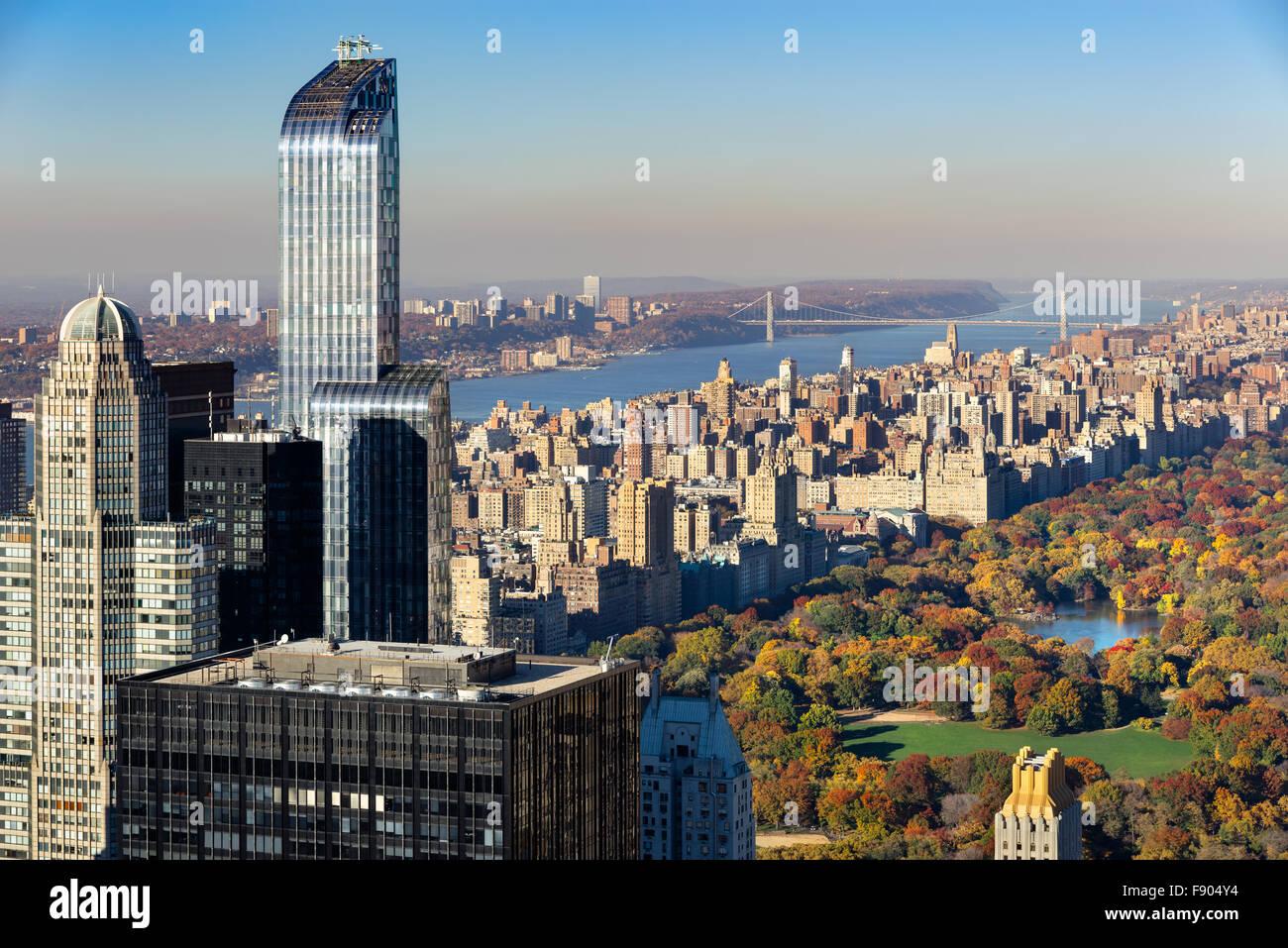 Aerial View von Central Park im Herbst, Upper West Side mit Midtown Wolkenkratzer und den Hudson River, New York Stockbild