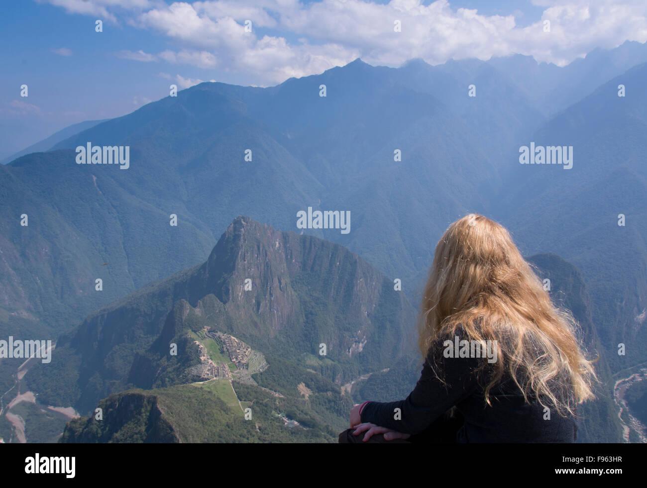 Reisende auf dem hohen Blickwinkel von Montana Machu Picchu, Peru Stockbild
