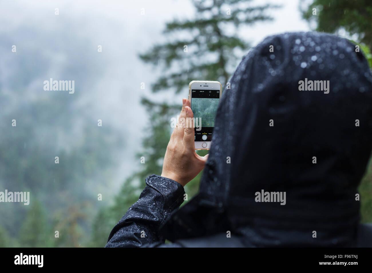 Frau nehmen Foto in den Regen, BC, Kanada Stockbild