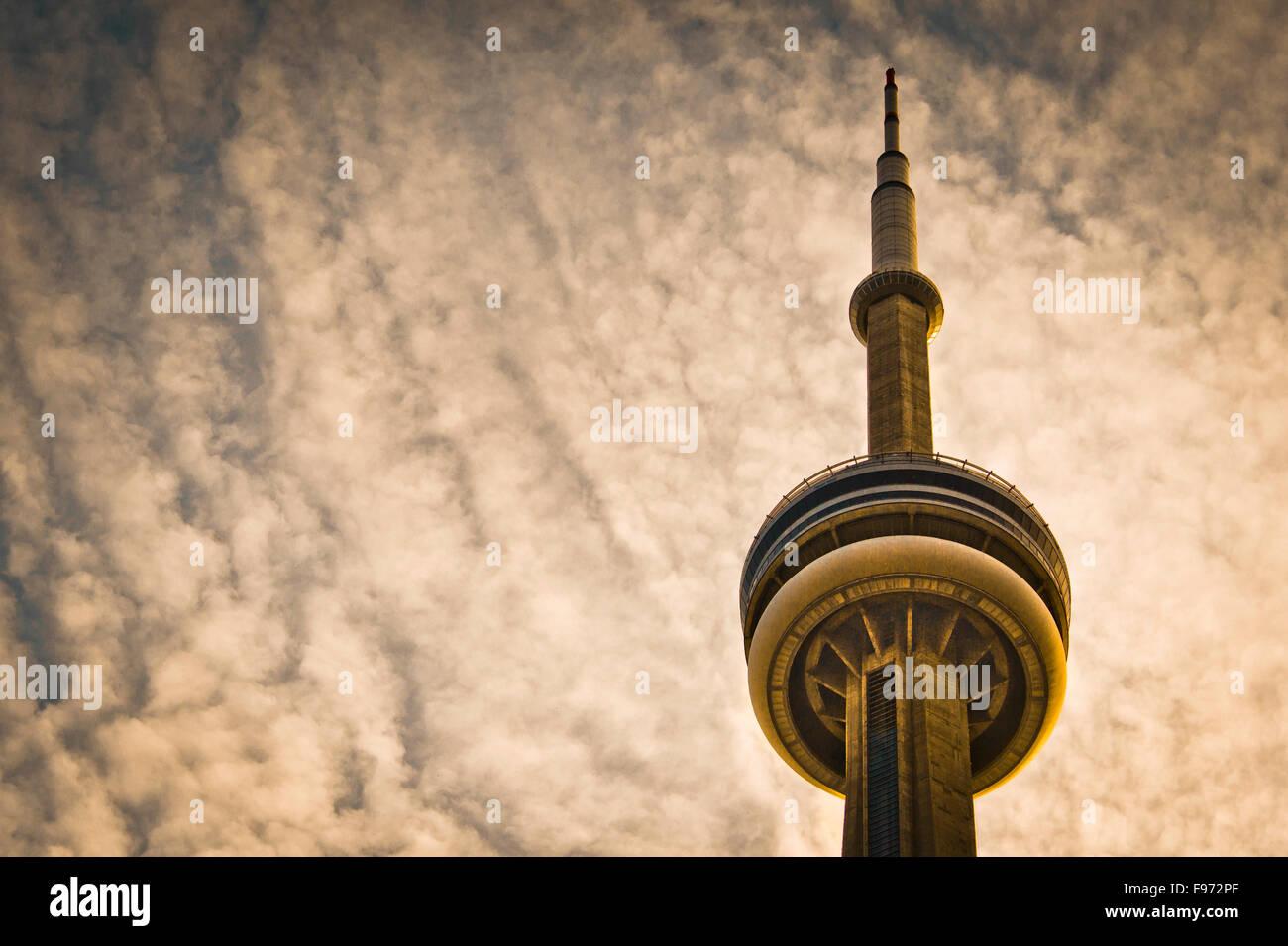 CN Tower und bewölktem Himmel Stockbild