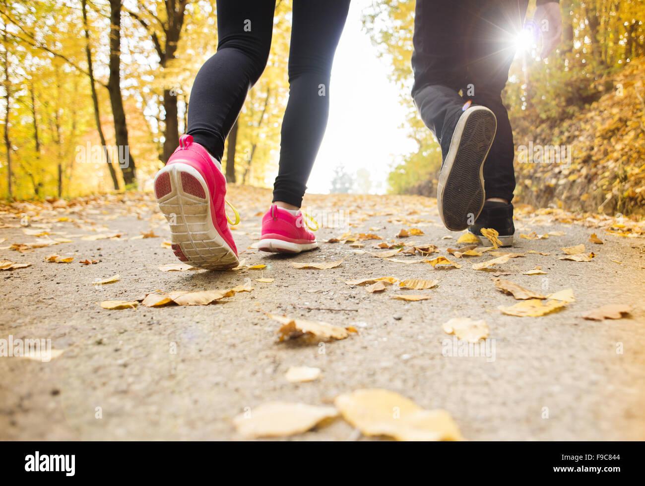 Junge Paar im Herbst Natur joggen laufen Stockbild