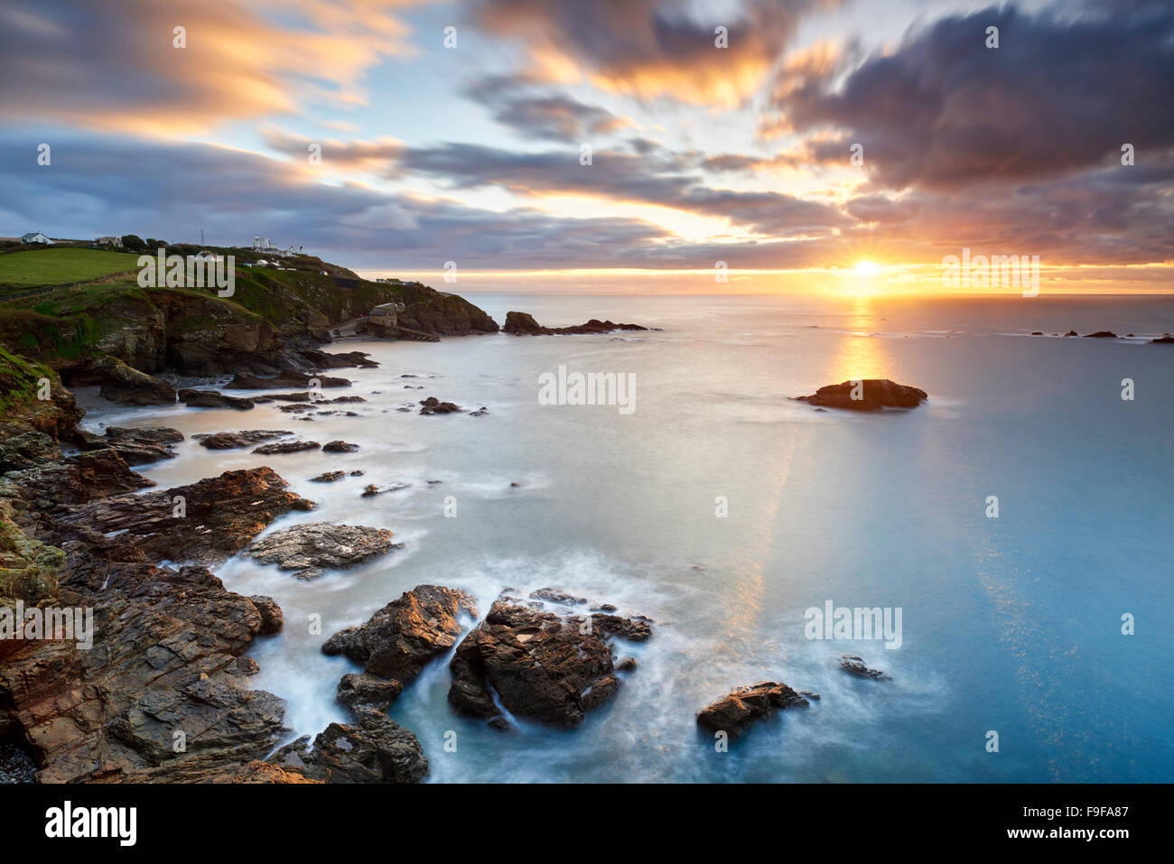 Ein Winter-Sonnenaufgang über dem Polpeor Cove, The Lizard Cornwall Stockbild