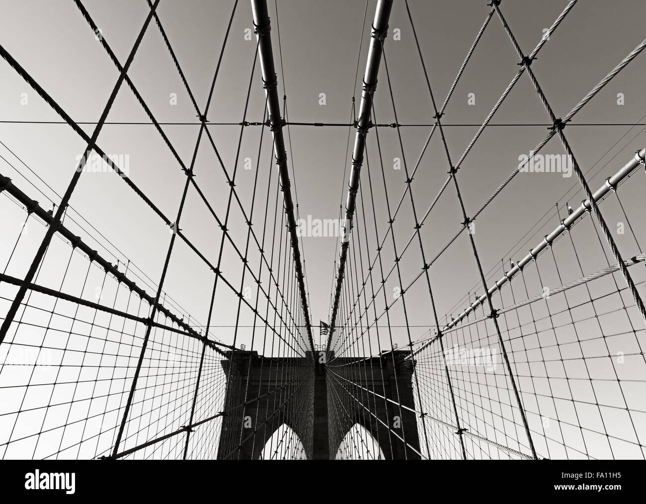 Brooklyn Bridge Tower in schwarz & weiß, mit doppelten gotischen Bögen und symmetrische Tragseile, Stockbild