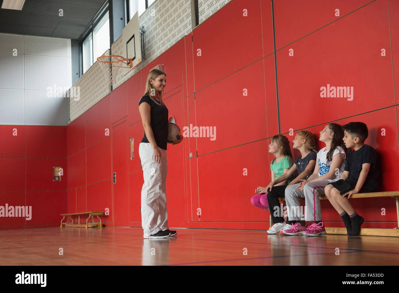 Lehrer, die Beratung für Gruppenspiel für Kinder im Sport Halle, München, Bayern Stockbild